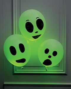 diy-glowing-ghosts-for-a-hallowen-party