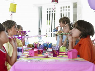 Home birthday parties need to come back in style! Home parties can be so sweet and fun, and they let the kids get to know each other!